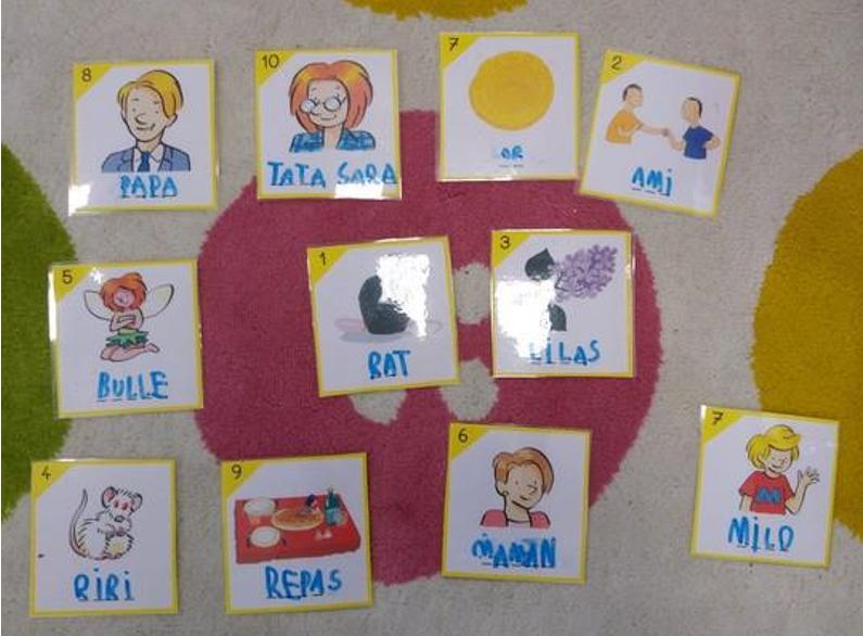 Les élèves se remémorent les mots des cartes à écrire