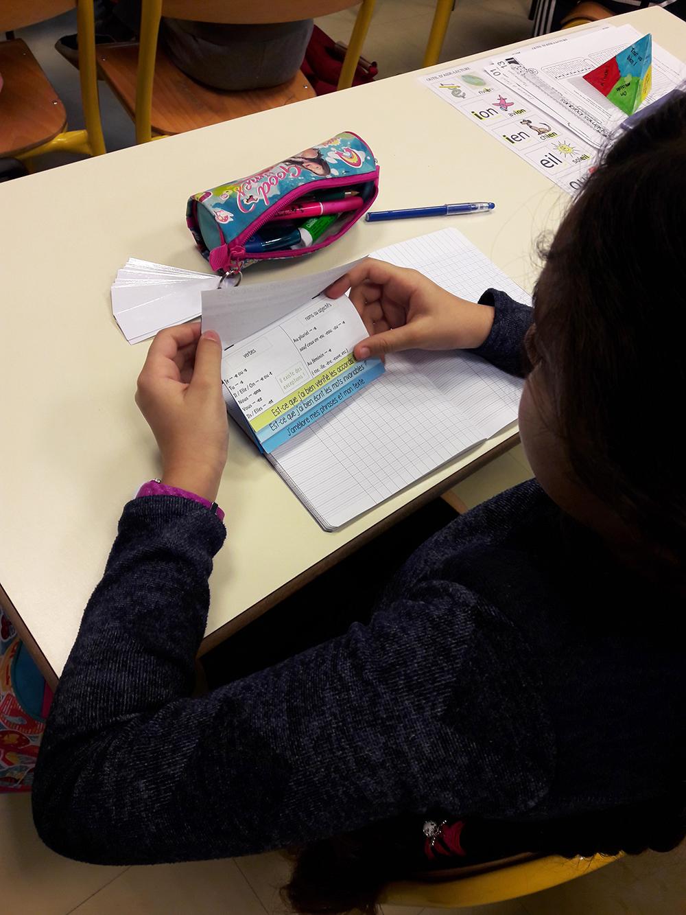 Les élèves se relisent avec leur livret d'autocorrection