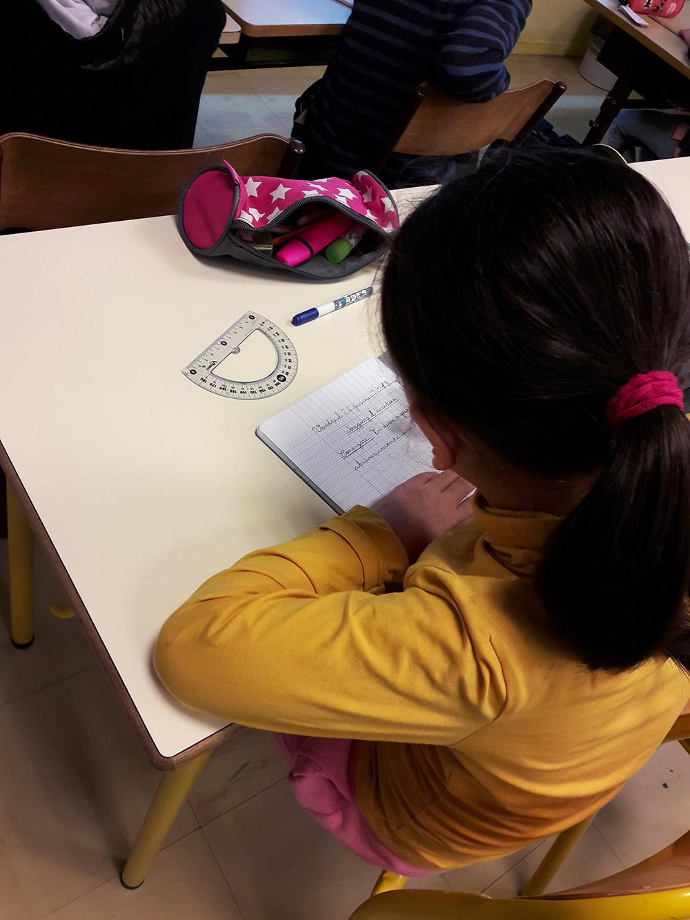 Les élèves apprennent progressivement à écrire un texte bien construit et qui a du sens