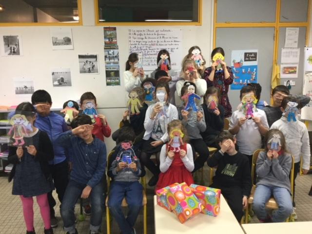 Les élèves posent avec leurs Clément Aplati