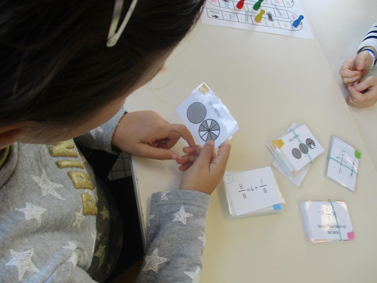 Les élèves répondent aux questions pour faire avancer les pions !