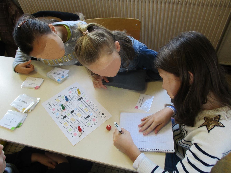 Les élèves cherchent les réponses ensemble