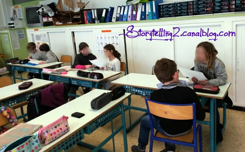 Les élèves présentateurs exposent leurs livres aux élèves spectateurs