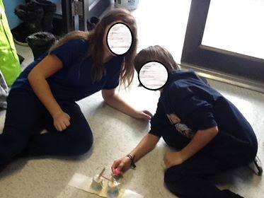 Les élèves testent leurs catapultes