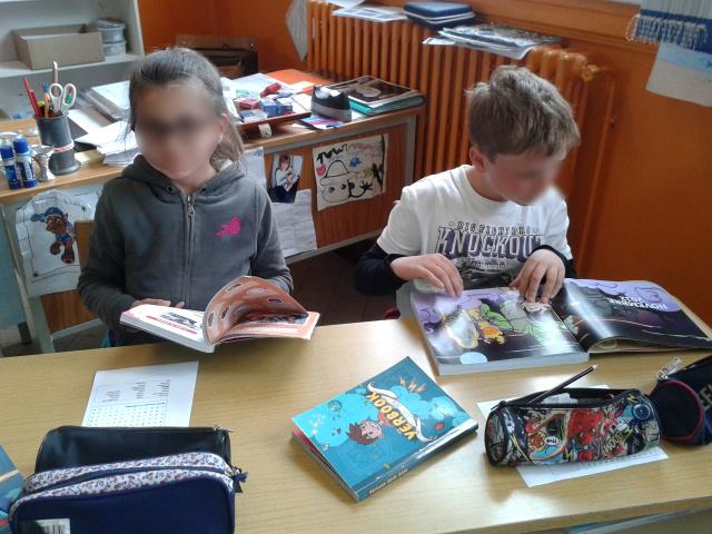Les élèves trouvent des idées d'articles dans les anciens Yërbooks