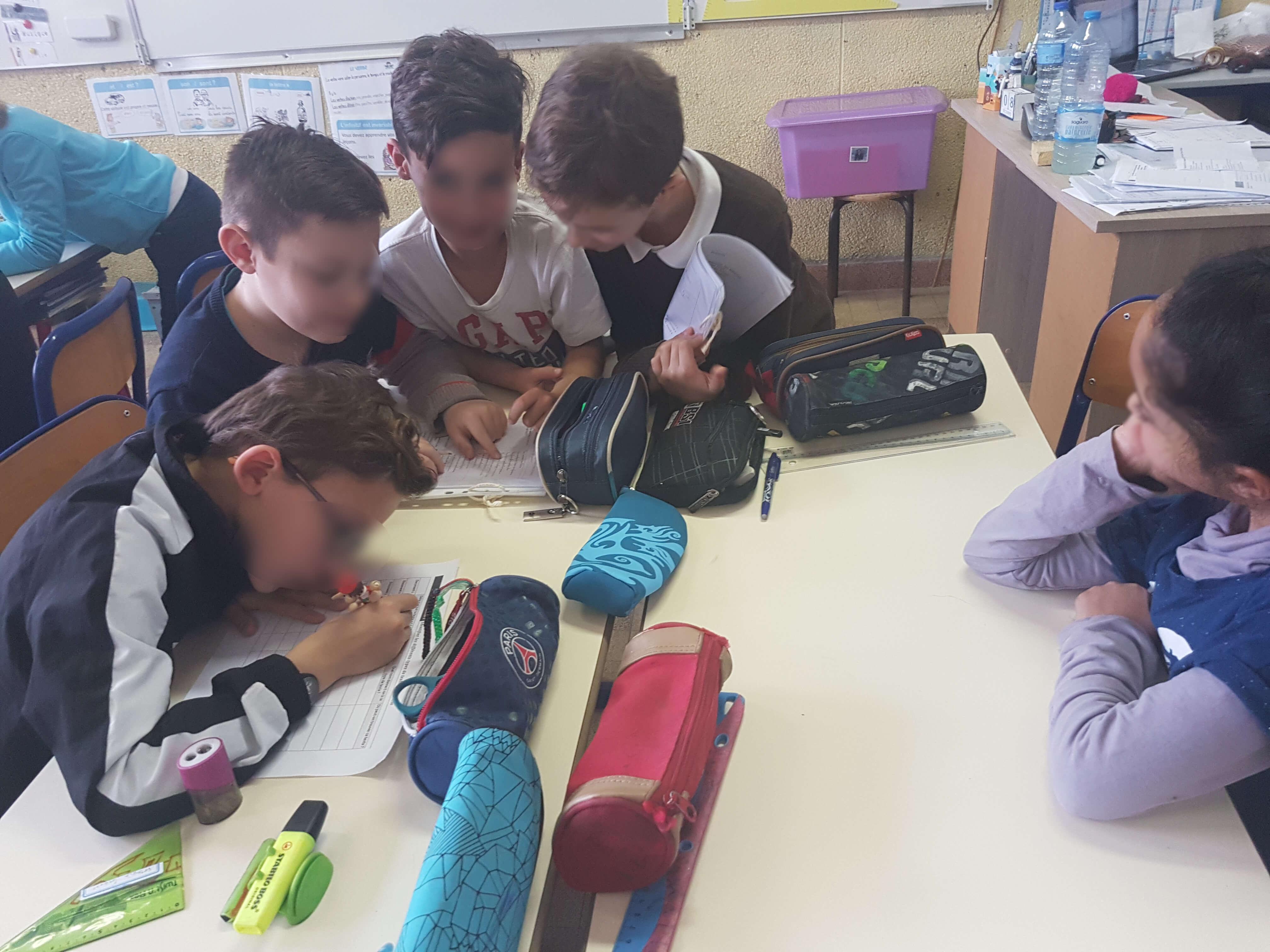Les élèves sont en atelier pour réfléchir ensemble aux caractéristiques des différents textes proposés.