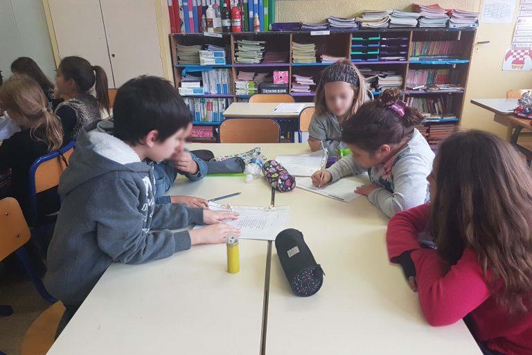 Un groupe d'élèves en classe.