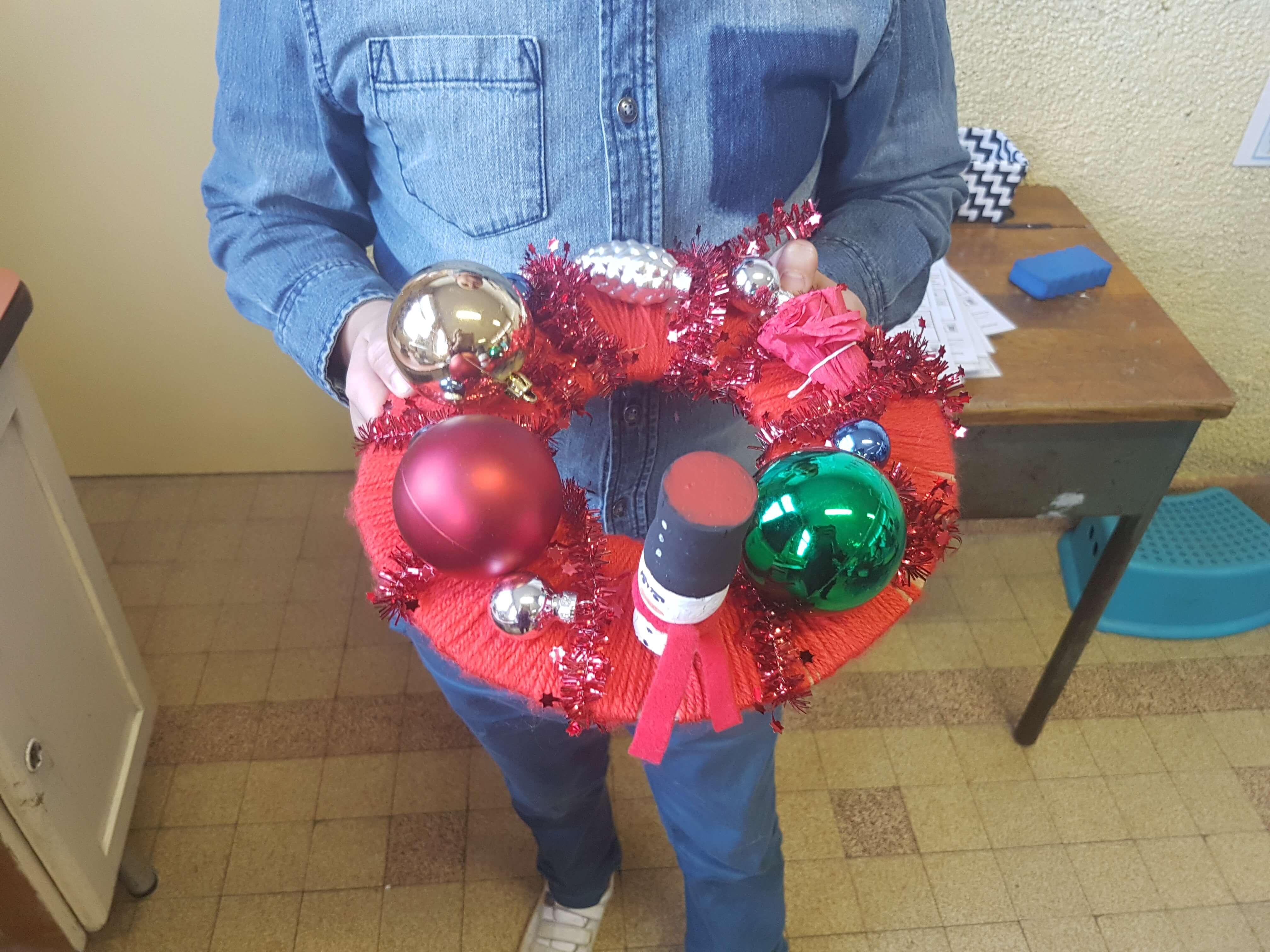 Chaque élève choisit les décorations de sa couronne