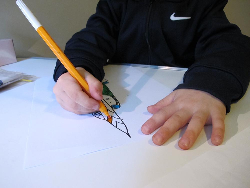La mobilité des doigts est facilitée avec un feutre fin.