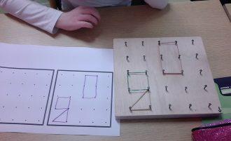 Des planches et des élastiques pour apprendre les formes
