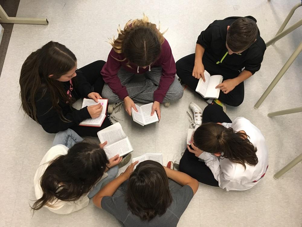 Les élèves lisent le texte ensemble, à haute voix