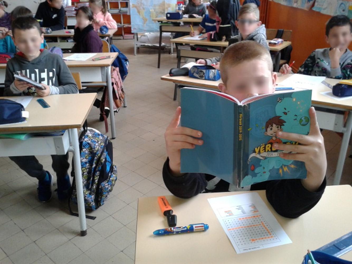 Les élèves lisent les Yërbooks des années précédentes