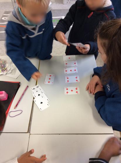 Les élèves trouvent plusieurs manières de trier les cartes