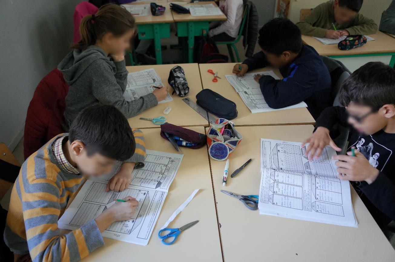 Chaque élève travaille sur son cahier de mots