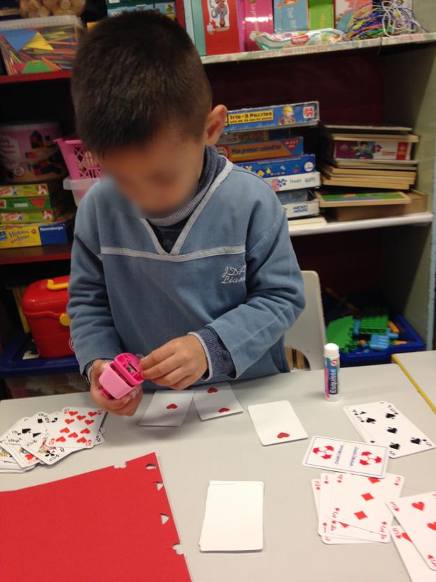 Les élèves fabriquent leurs cartes