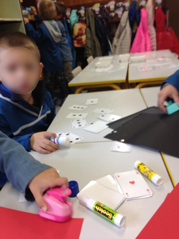 Les élèves découpent et collent les formes pour réaliser leur jeu de cartes