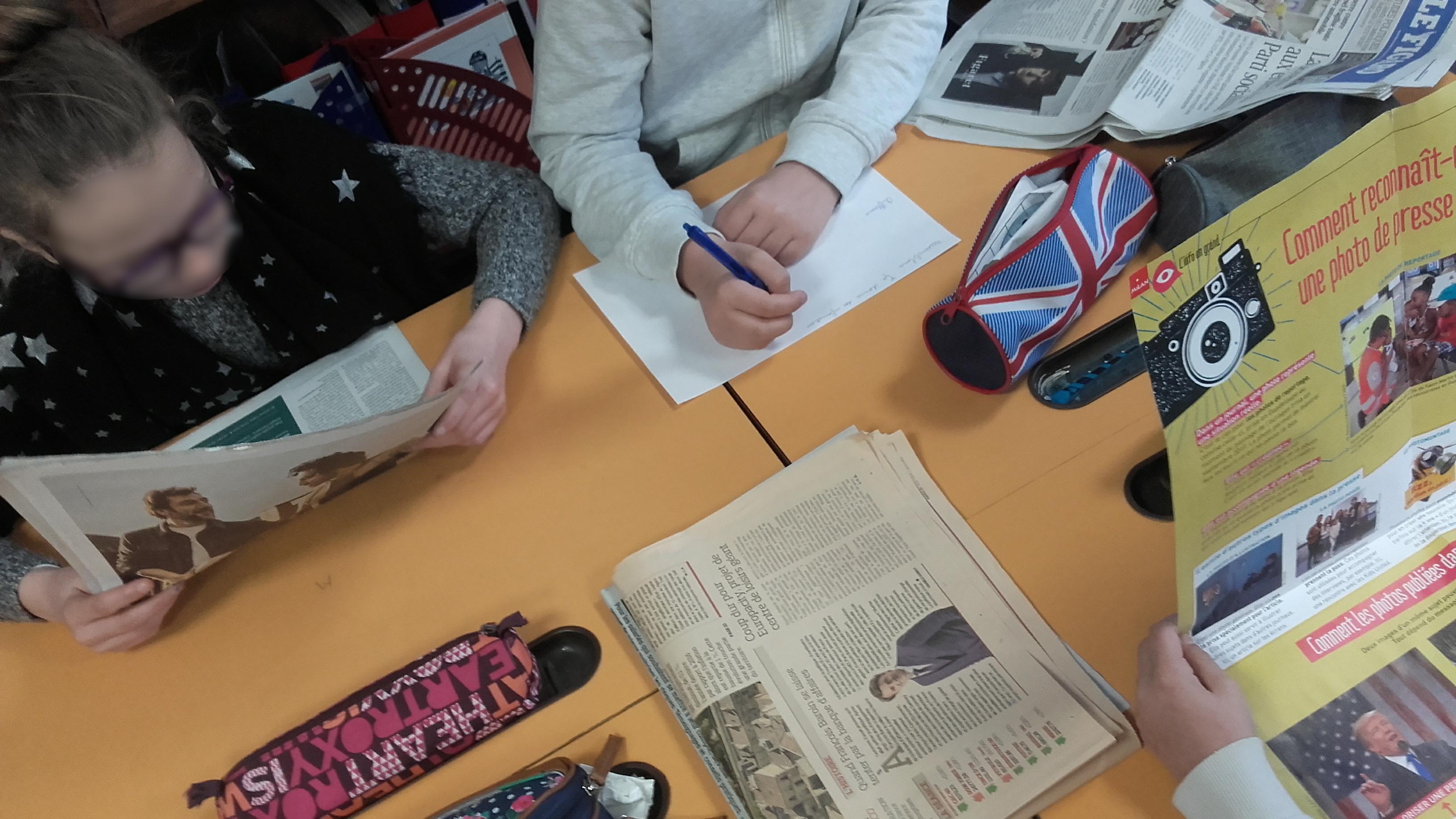 Les élèves lisent plusieurs types de sources et comparent les informations récoltées