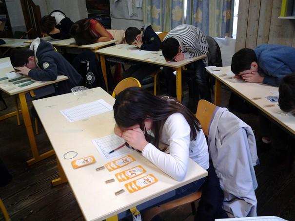 La classe en pleine séance de mathématiques sur la division.