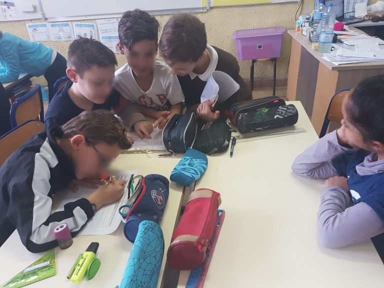 Un groupe d'élèves écrit une lettre.