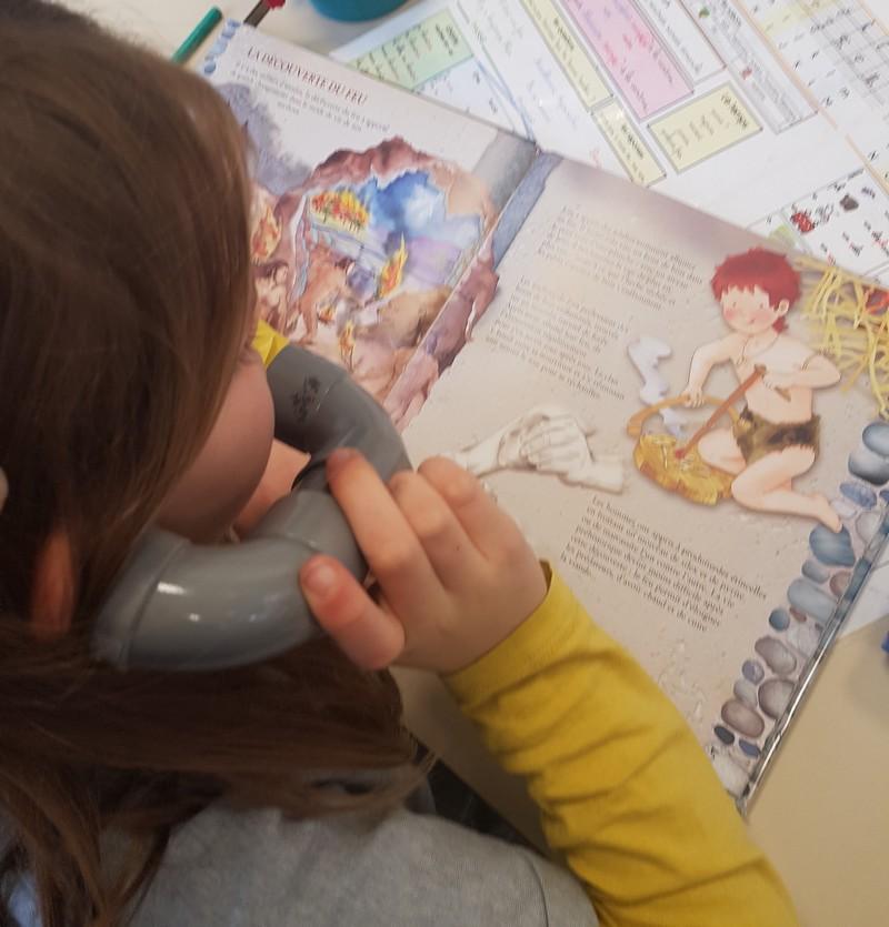Les fiches de lecture aident les élèves à mémoriser l'histoire