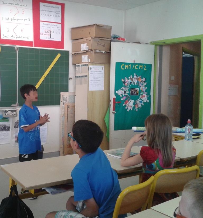 Les élèves présentent leur travail à la classe