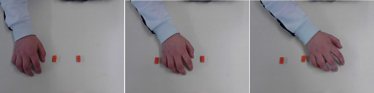L'élève compte les 3 tas de cubes
