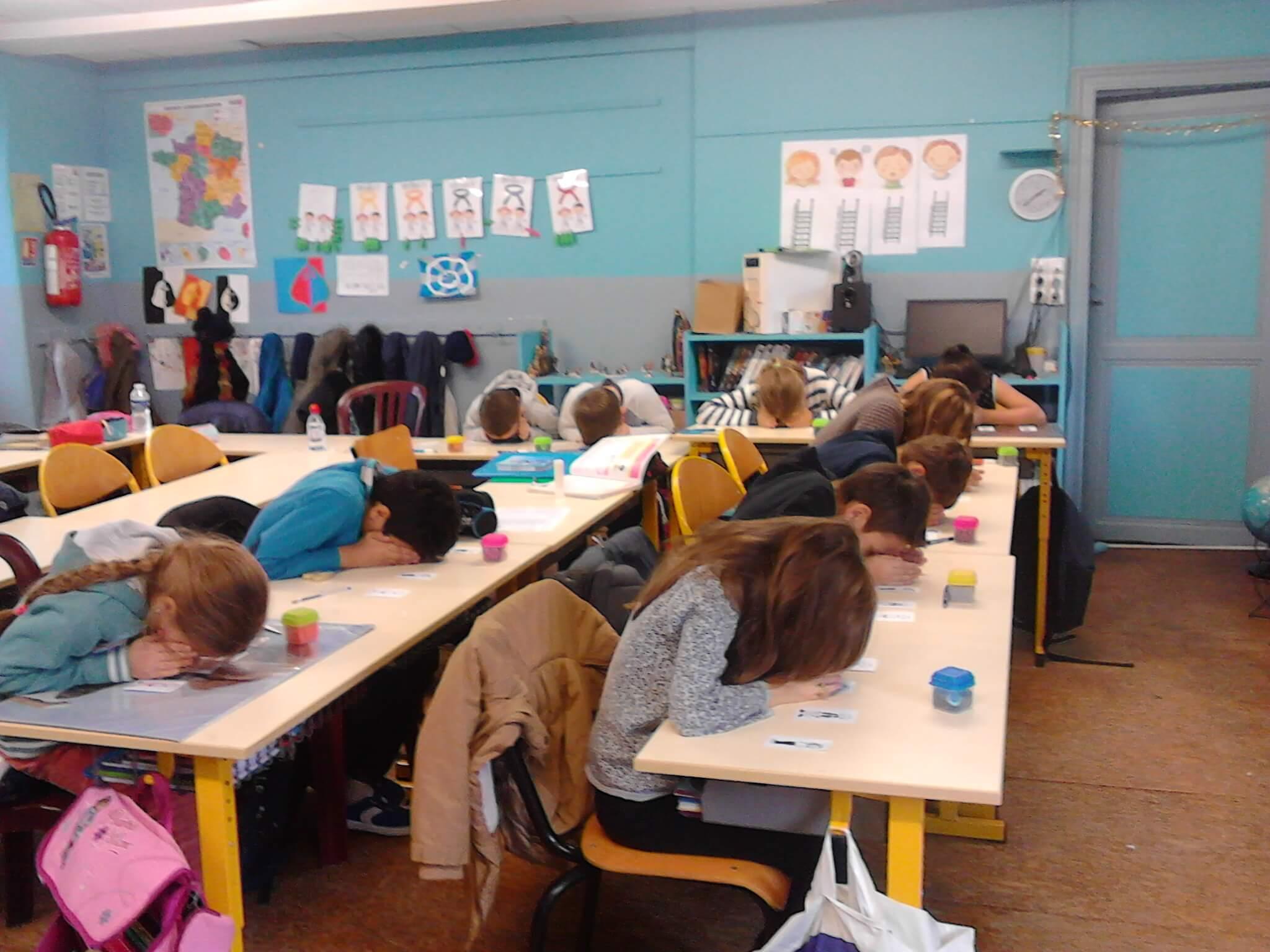 Les gestes aident les élèves à se représenter les opérations mathématiques