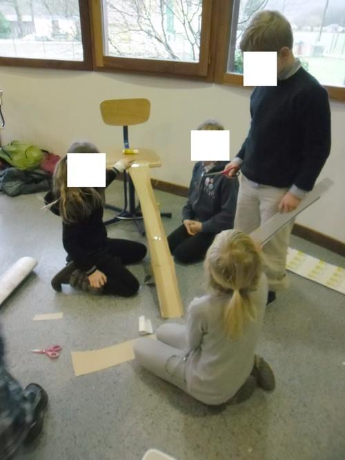 Les élèves bricolent.