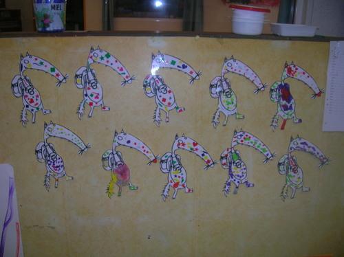 Les élèves décorent les loups avant de les emmener ou de les envoyer