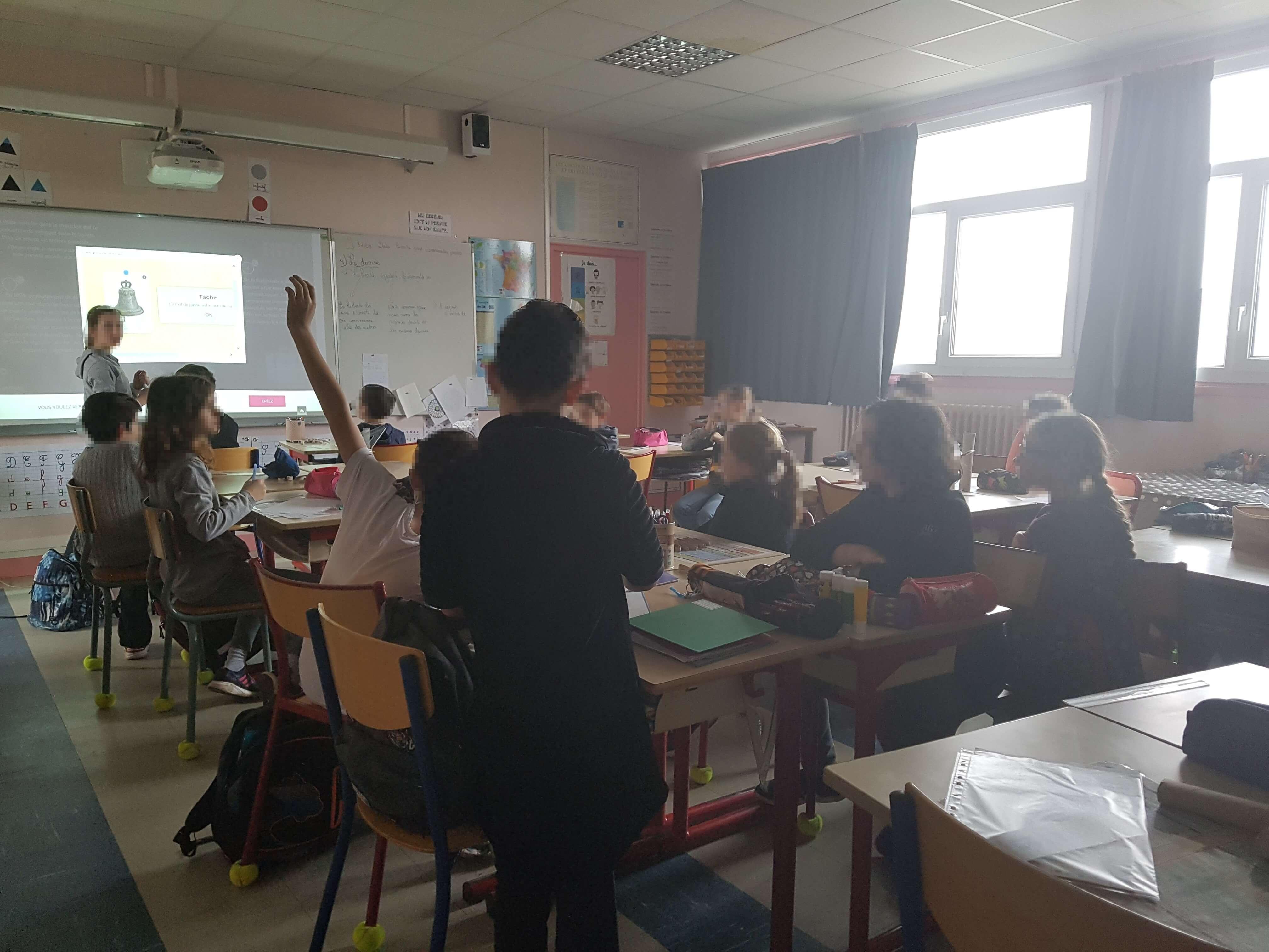 Les élèves jouent en classe entière pour résoudre les énigmes