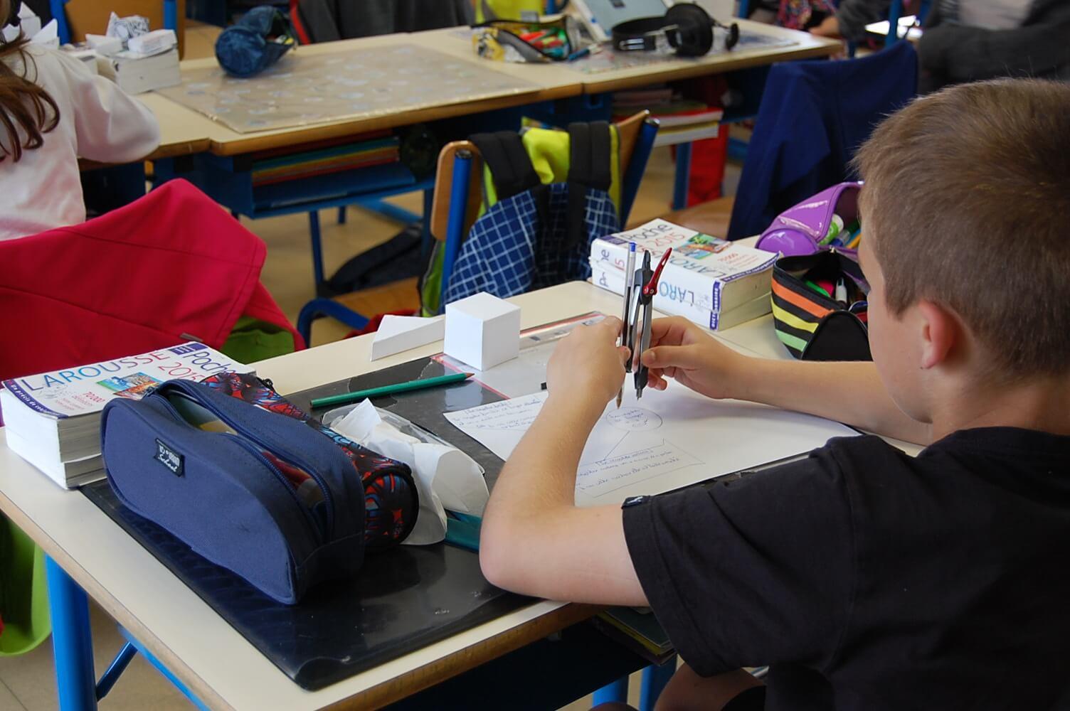 Les enfants personnalisent leurs cartes mentales pour réviser les notions vues en classe.