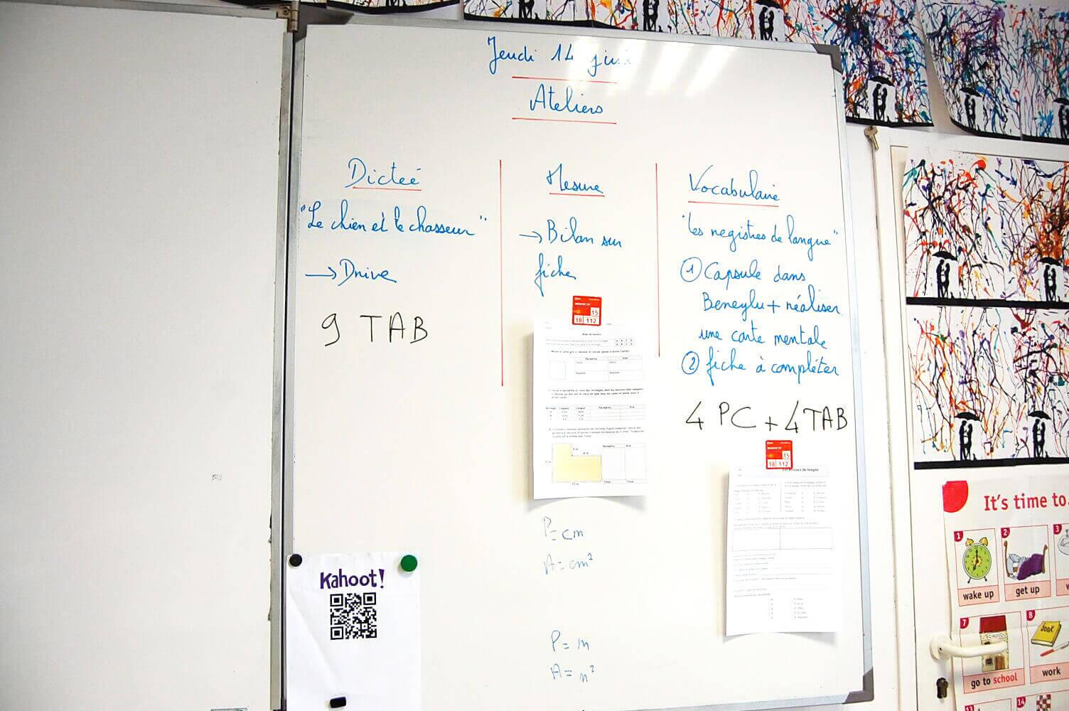 Le professeur inscrit les ateliers au tableau et les élèves s'organisent pour réaliser chaque travail.