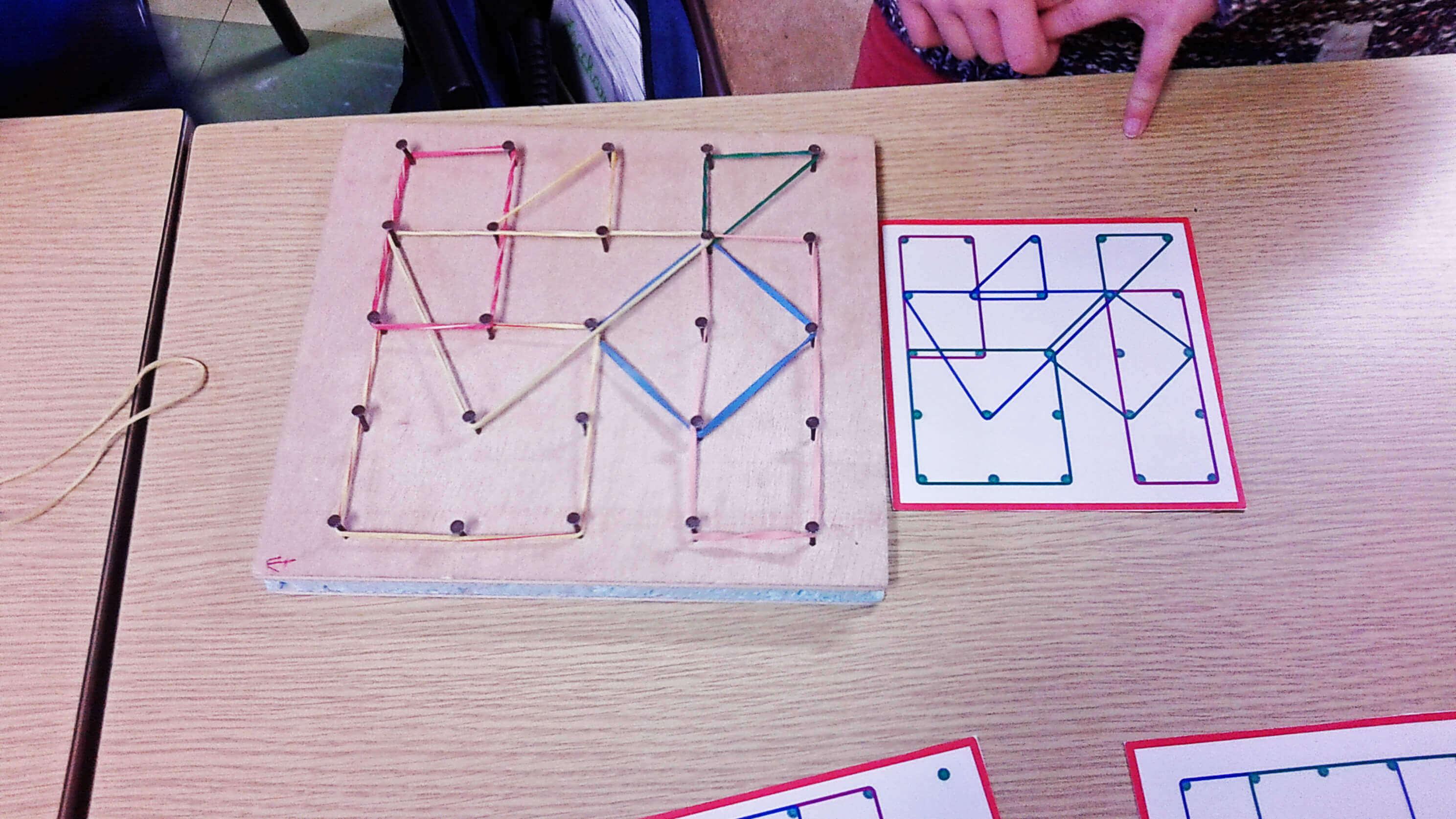 J'utilise les géoplans pour apprendre les formes géométriques aux élèves