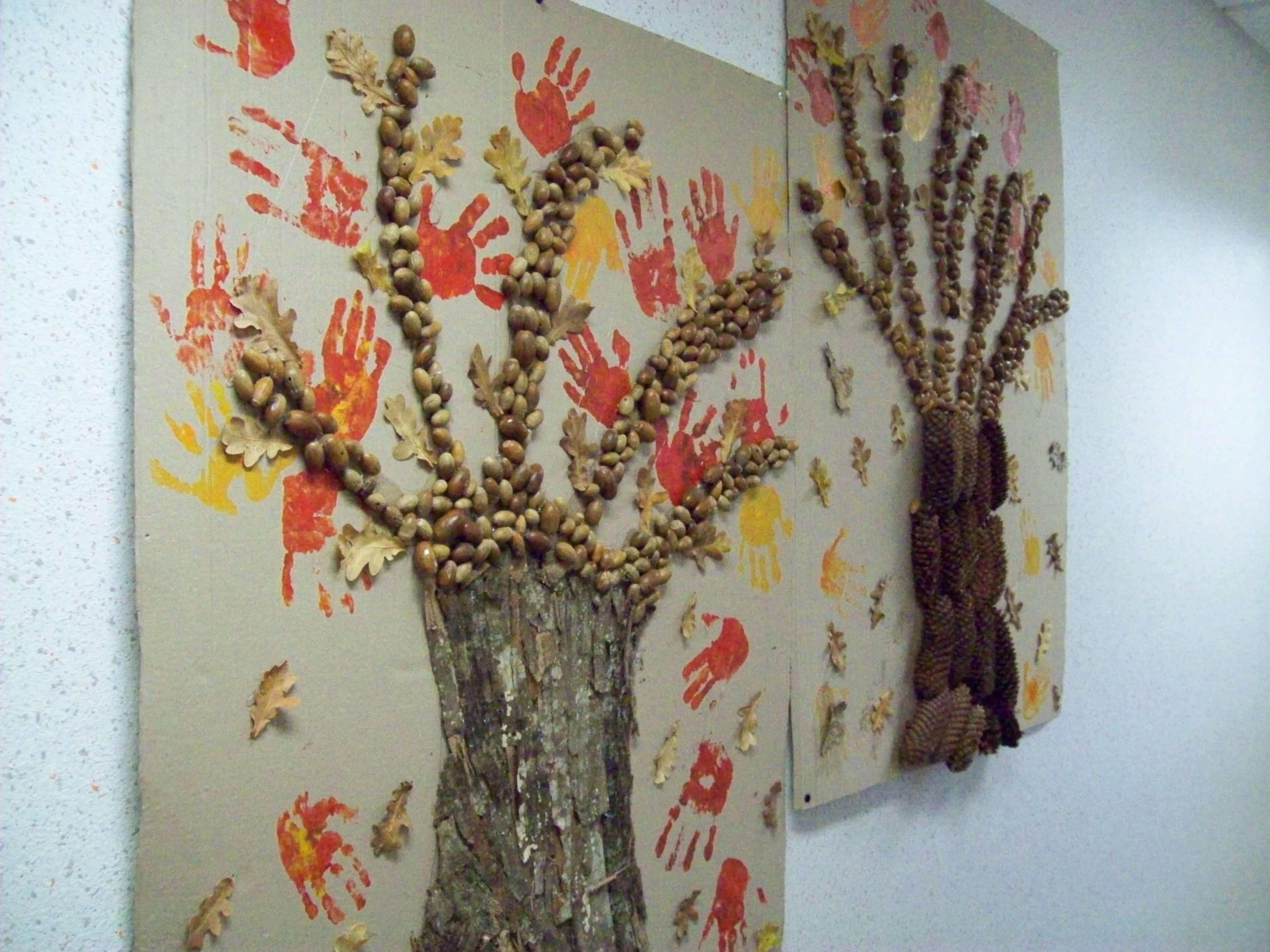 Les enfants utilisent des bouts d'écorce, des glands et des feuilles pour créer leurs propres arbres.