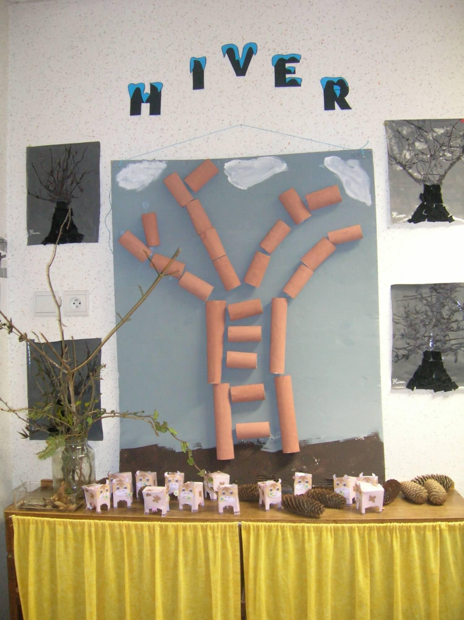 L'arbre de l'hiver est créé à partir de rouleaux de papier WC, de pommes de pin et de feutrine.