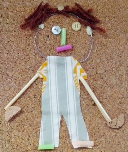 Les élèves fabriquent des bonshommes avec des bouchons de liège, du fil de fer, des bouton, du tissu.