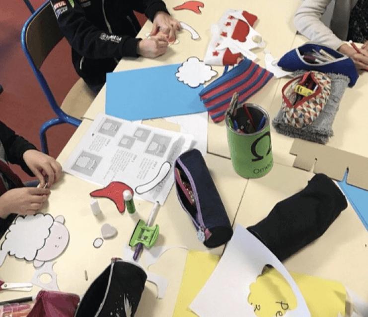 Les élèves découpent chaque élément du portrait, les colorient et les assemblent pour fabriquer leur PèreNoël en 3D.