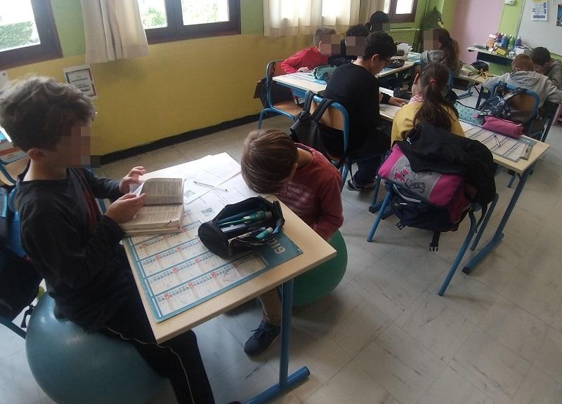 """Les tables bougent selon nos besoins : travail en binôme, tables en """"E""""..."""