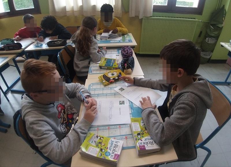 Adieu les rangs d'oignons, dans la classe de Bénédicte, les élèves s'essayent à la classe flexible !